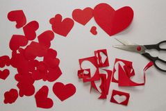 Préparation des cartes gretting pour le jour de Valentine's du PAP rouge Photos libres de droits