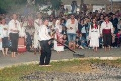 Préparation des charbons pour des danses nestinar dans le village de Bulgari, Bulgarie Images libres de droits