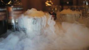 Préparation des cocktails avec de la glace carbonique La vapeur de la glace carbonique divergent lentement clips vidéos