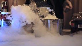 Préparation des cocktails avec de la glace carbonique La vapeur de la glace carbonique divergent lentement banque de vidéos