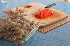 Préparation des crevettes à la maison images stock