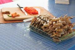 Préparation des crevettes à la maison photo stock