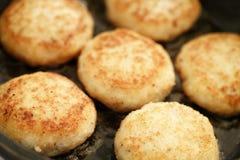 Préparation des croquettes de poisson frites sur la casserole image libre de droits