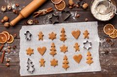 Préparation des festins de Noël Biscuits crus de pain d'épice, vue supérieure photo stock