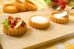 Préparation des gâteaux de fantaisie images libres de droits