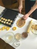 Préparation des gâteaux faits maison Sur la table il y a farine, beurre, plateau de cuisson et formes pour la pâte Vue de ci-avan Photos stock