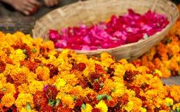 Préparation des guirlandes de fleurs Photo stock