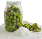 Préparation des olives marinées Photo libre de droits