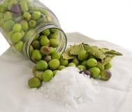 Préparation des olives marinées Photo stock