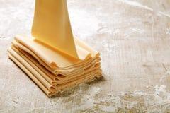 Préparation des pâtes plates d'oeufs frais sur le Tableau en bois Photographie stock libre de droits