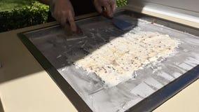 Préparation des petits pains faits sauter à feu vif de crème glacée avec la banane et le chocolat à la casserole de gel Crème gla banque de vidéos