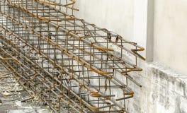 Préparation des poteaux en acier collés pour la construction au constructi Photos stock