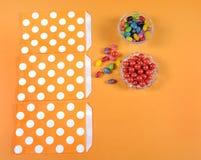 Préparation des sacs heureux de des bonbons ou un sort de sucrerie de Halloween Photographie stock libre de droits