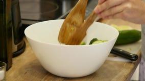 Préparation des salades Légumes sains dans la cuisine Cuisson du dîner clips vidéos