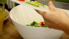Préparation des salades Légumes sains dans la cuisine Cuisson du dîner banque de vidéos