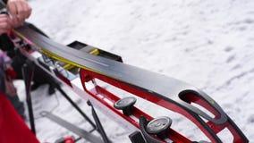 Préparation des skis transnationaux pour des concours sur la rue dans le ligh naturel banque de vidéos