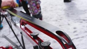 Préparation des skis transnationaux pour des concours sur la rue dans le ligh naturel clips vidéos