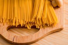Préparation des spaghetti avec des champignons de fromage Oeufs et sauce à crème sure, champignons de paris sur une planche à déc Photo stock