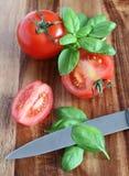 Préparation des tomates et du basilic Photo stock