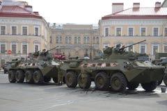 Préparation du BTR-82a sur le pont au début de la répétition Victory Day de défilé Photographie stock libre de droits