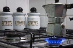 Préparation du café avec un moka photos stock