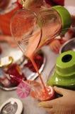 Préparation du cocktail dans le mélangeur photos libres de droits