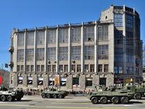 Préparation du défilé de Victory Day à Moscou - équipement militaire sur une rue de ville Photographie stock libre de droits