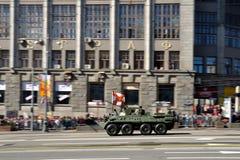 Préparation du défilé de Victory Day à Moscou - équipement militaire sur une rue de ville Images stock