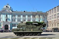 Préparation du défilé de Victory Day à Moscou - équipement militaire sur une rue de ville Photographie stock
