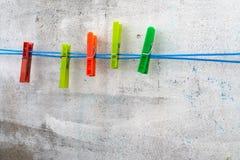 Préparation du fond - pinces à linge sur le fond d'un mur en béton photographie stock libre de droits