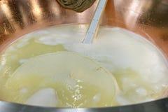 Préparation du fromage de Grana Padano images libres de droits