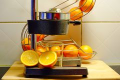 Préparation du jus d'orange frais Photographie stock