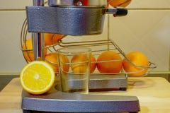 Préparation du jus d'orange frais Images stock