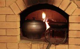 Préparation du repas dans le four traditionnel Photos libres de droits