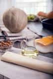 Préparation du tarte avec des potirons sur la table en bois photographie stock libre de droits