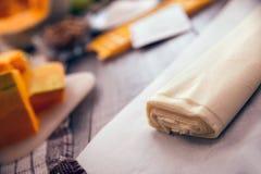 Préparation du tarte avec des potirons sur la table en bois image libre de droits