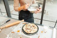 Préparation du tarte de vacances à l'espace libre de cuisine Photos stock