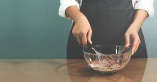 Préparation en chef de femme à la boulangerie Image libre de droits