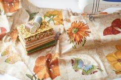 Préparation et sélection des tissus pour l'édredon de patchwork de couture Image stock
