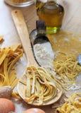 Préparation faite maison de pâtes fraîches de tagliatelles Photographie stock libre de droits