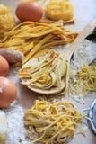Préparation faite maison de pâtes fraîches de tagliatelles Images stock