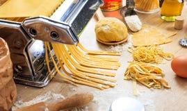 Préparation faite maison de pâtes fraîches de tagliatelles Photo libre de droits