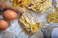 Préparation faite maison de pâtes fraîches de tagliatelles Photo stock