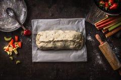 Préparation faite maison de tarte de rhubarbe et de strudel de fraises sur la table de cuisine rustique, vue supérieure Cuisson s photos libres de droits
