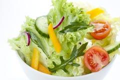 Préparation fraîche de salade dans une cuvette blanche de ci-avant Photos stock