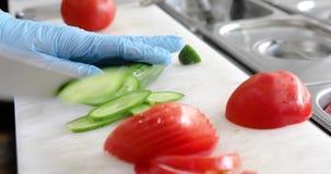 Préparation grecque de salade d'aliments de préparation rapide banque de vidéos