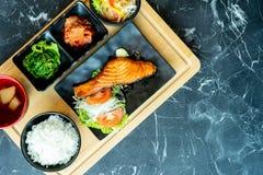 Préparation japonaise de nourriture sur une table en pierre noire Composition en vue supérieure image libre de droits