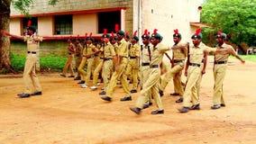 Préparation nationale de défilé de jour de République d'étudiants des corps NCC de cadets sur Chennai, Inde banque de vidéos
