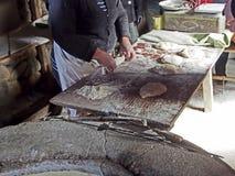 Préparation par une femme de pâte pour le pain géorgien de cuisson photos libres de droits