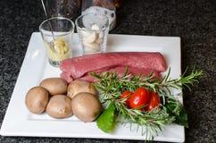 Préparation pour des filets d'agneau avec des champignons Photographie stock libre de droits
